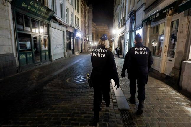 Polis övervakar utegångsförbudet i Bryssel.
