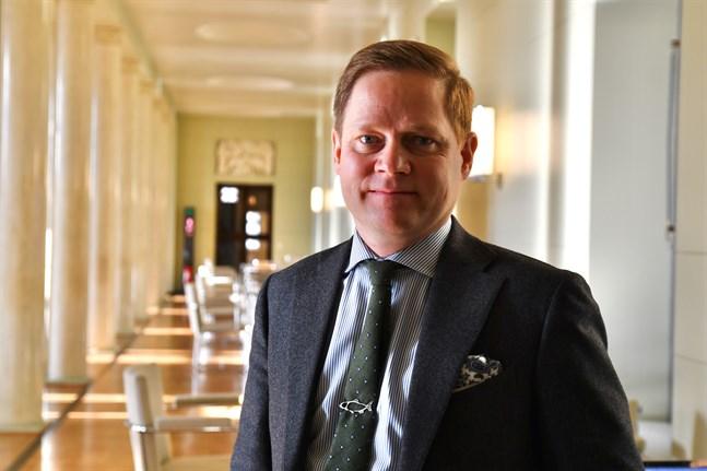 Social- och hälsovårdsutskottets ordförande Markus Lohi (C) säger att restaurangbegränsningarna i fortsättningen är regionala och avhängiga av det epidemiologiska läget.