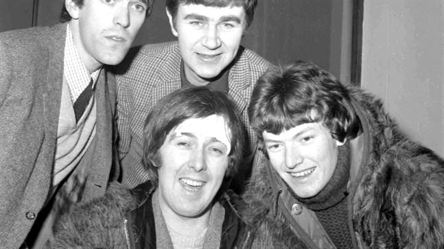 Spencer Davis, i mitten, med en omplåstrad panna efter en bilolycka, tillsammans med övriga medlemmar i The Spencer Davis Group. Året är 1966. Arkivbild.