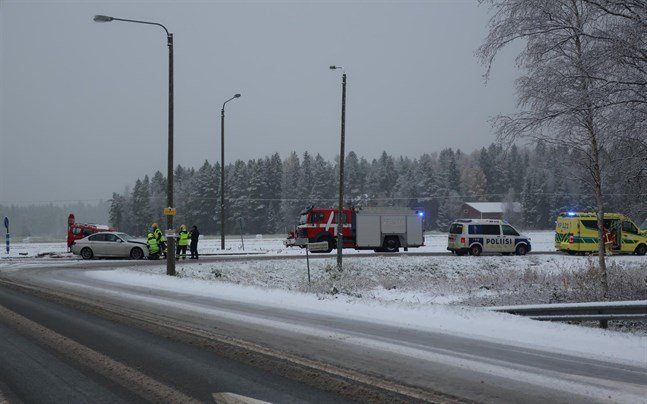 Två personbilar krockade i korsningen mellan riksåttan och Flygfältsvägen på tisdag morgon.