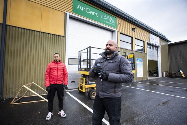Anwar Naser har bland annat fått hjälp av kompisen Jaber för att få igång bilverkstaden han snart ska öppna i Sunnanvik.