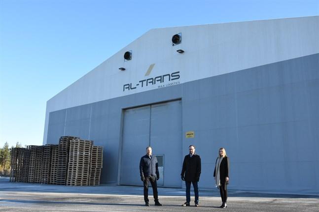 Ett stenkast norr om RL-Trans huvudkontor i Lappfjärd finns en bulkterminal som inrymmer förpackat material som sedan lastas om till bulk, berättar Andreas, Mathias och Jennica Lindedahl.