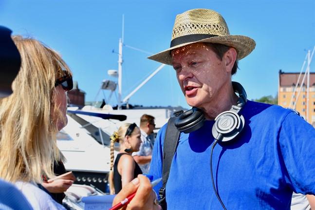 """Claes Olsson var uppe i Jakobstad en del under arbetet med """"Jeppis suger"""". Men som producent anser han inte att han bör vara med hela tiden och flåsa regissören i nacken. Fotot är taget i Helsingfors sommaren 2020."""