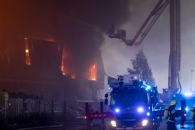 Räddningsverket gick ut med ett varningsmeddelande till allmänheten i samband med den förödande eldsvådan på Pansiovägen i Åbo.