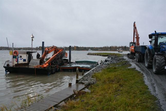 Med hjälp av en bogserbåt drogs pontonerna till Långvik hamn i Rangsby inför muddringsarbetet där. Bilden från oktober 2020.