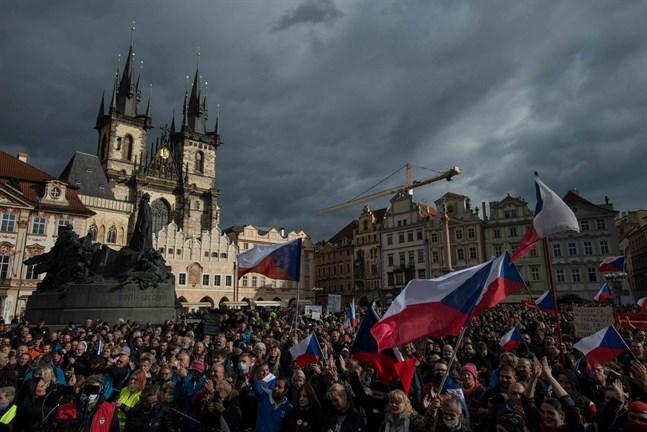Den tjeckiska regeringens restriktioner för att stoppa coronaviruset, har mötts av demonstrationer.
