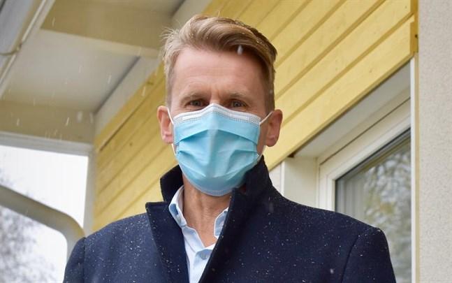 – Sexorna petar mer på munskydden än de äldre eleverna. Men överlag har det gått bättre än förväntat att introducera munskydd i skolan, säger Peter Lindqvist, rektor i Oxhamns skola i Jakobstad.