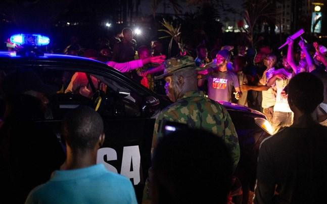 Tusentals nigerianer har demonstrerat för att kräva ett slut på polisbrutaliteten.