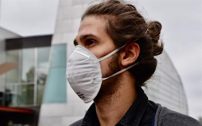 Utbudet av munskydd kan bli en djungel – vilket ska jag använda? Typen FFP2 skyddar användaren till 95 procent, säger Teknologiska forskningscentralens professor. Ett enklare skydd räcker ändå i vardagen.