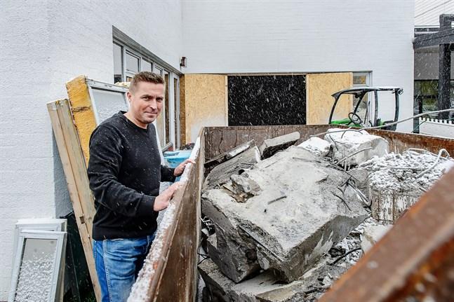 Det här är vad som finns kvar av  gamla simbassängen från åttiotalet som rivs som bäst vid Malmska, säger Tommy Nordlund, direktör för Malmska fastigheter. I stället byggs flera mottagningsrum och ett personalrum.