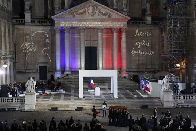 Kistan med den mördade läraren Samuel Patys kvarlevor utanför universitetet Sorbonne i Paris, där en nationell minneshögtid hölls på onsdagen. Frankrikes president Emanuel Macron talade vid ceremonin.