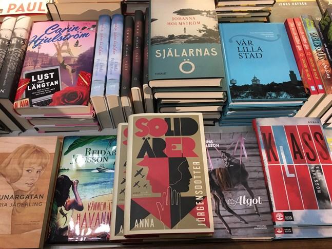 De finlandssvenska läsambassadörerna vill locka pojkar att läsa mer.