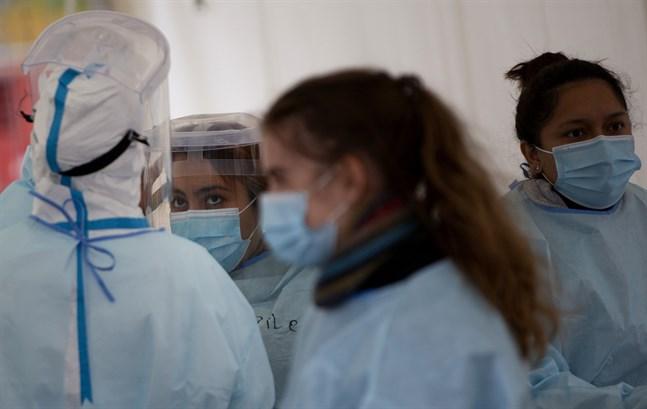 Sjukvårdsarbetare vid en covidteststation i Antwerpen på tisdagen.