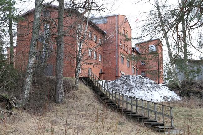 Huvudbyggnaden och fem omkringliggande byggnader är skyddade.
