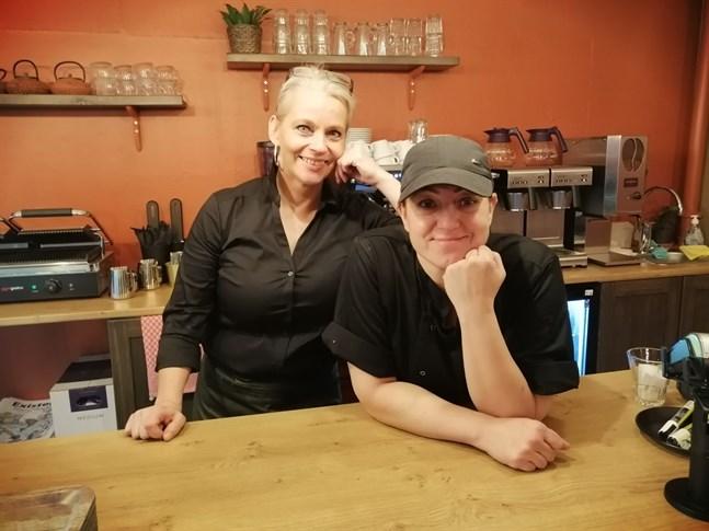 Minna Kastikainen och Agnes Mattsson har haft många kunder de första dagarna.