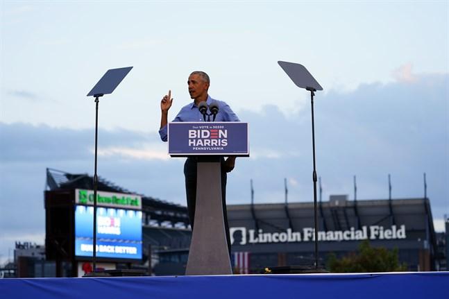 """USA:s förre president Barack Obama i Philadelphia. """"Vår demokrati kommer inte att fungera om de som ska vara våra ledare ljuger för oss varje dag och bara hittar på, och vi bara vänjer oss vid det"""", sade den förre presidenten."""