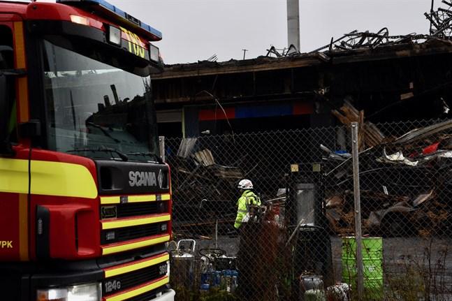 Röjningen och övervakningen av brandplatsen på Pansiovägen i Åbo fortsatte under torsdagen.