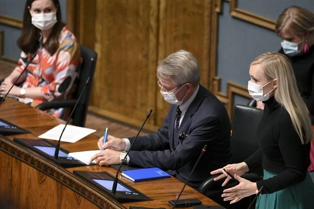 """Regeringen kritiserades för att inte ha fördömt förra veckans attentat i Paris tillräckligt. """"Regeringen fördömer händelsen starkt"""", svarade utrikesminister Pekka Haavisto (Gröna)."""