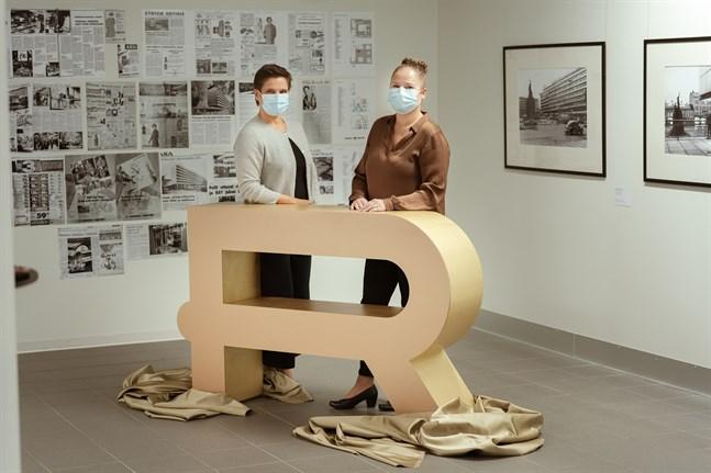 Rewells vd Susanna Spak och marknadsföringschef Hannele Kyrönlahti bakom köpcentrets splitternya logotyp.