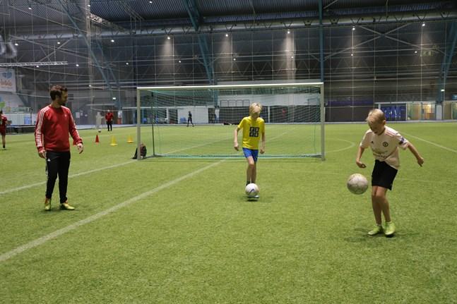 Jonathan Ekman, Neo Ekman och Milton Käld var i Botniahallen för att lira fotboll.