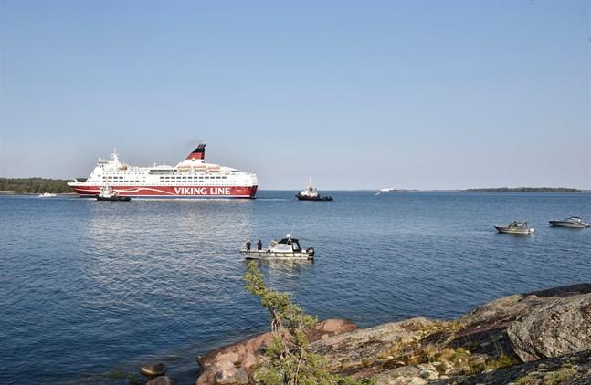 Amorella stötte på grund i Ålands skärgård den 20 september. Fartyget körde upp på land för att evakueringen skulle kunna ske tryggt. Här bogseras fartyget bort ett par dagar senare. Arkivbild.