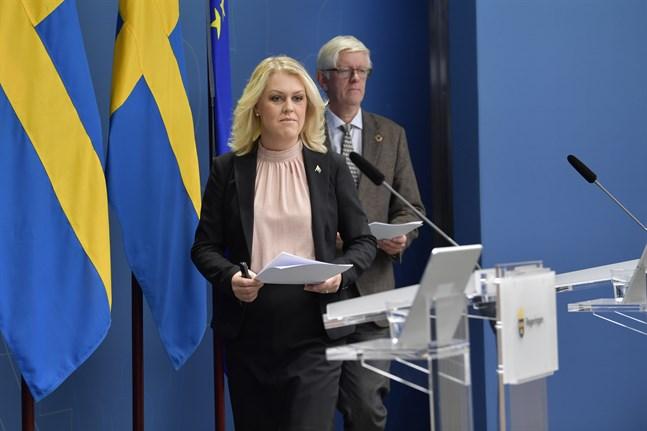 Socialminister Lena Hallengren och Folkhälsomyndighetens generaldirektör Johan Carlson meddelar att hela Sveriges befolkning nu ges samma coronaråd.