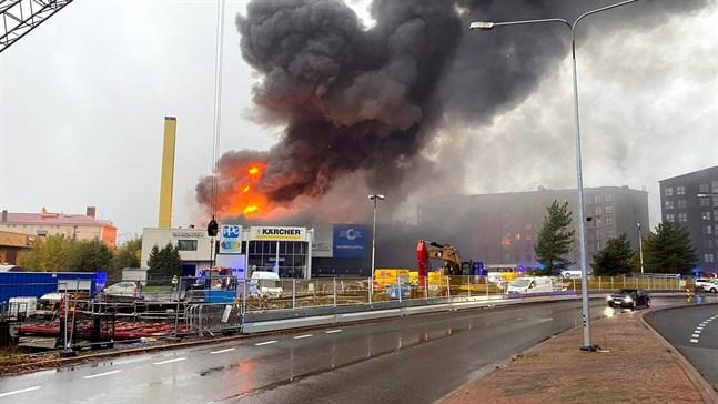 Däckföretaget Rengas Turkus lokaler skadades i en stor eldsvåda som bröt ut i Åbo på onsdagseftermiddagen.