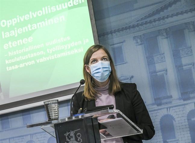 Motiveringen till förlängd läroplikt är en ökad jämlikhet och höjd kompetensnivå i Finland. Bra så. Men frågan är mera komplex, skriver Anci Jylhä i sin insändare. Undervisningsminister Li Andersson berättade om den förlängda läroplikten den 15 oktober.
