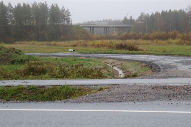 Den nya värmecentralen ska placeras här, där Bennäsvägen, Riksåttan och järnvägen möter varandra.
