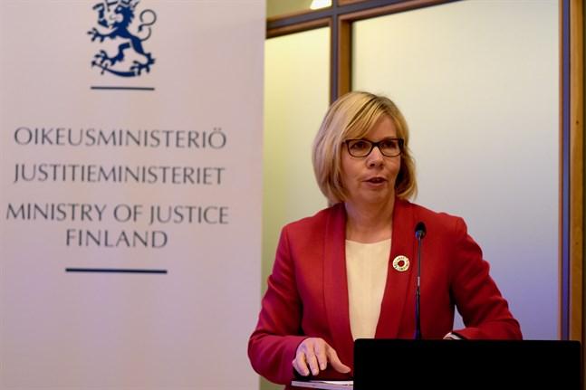 Brottsofferundersökningen från 2018 visar att var tionde kvinna har blivit utsatt för våld under det senaste året. Justitieminister Anna-Maja Henriksson (SFP) säger att vi måste ha nolltolerans mot våld.