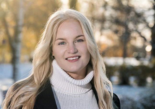 Wilma Möller är uppvuxen i Öja i Karleby. Hon ska skriva en ungdomsroman och får understöd för det.