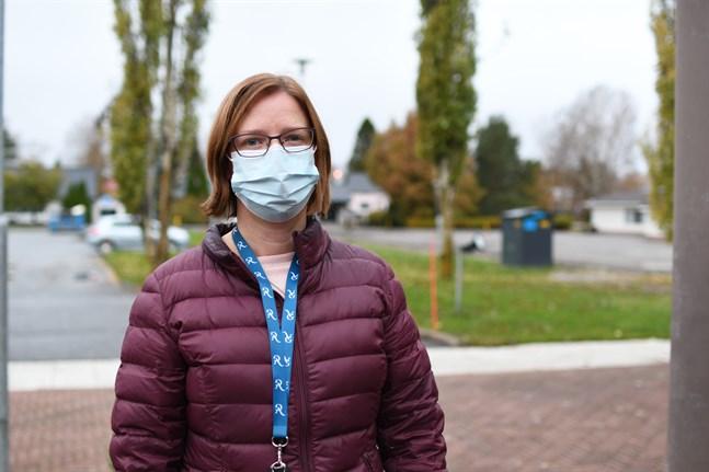 Mikaela Björklund är glad över det goda coronaläget i Närpes, men eftersom läget är sämre på annat håll i landet gäller det fortsättningsvis att vara väldigt försiktig.