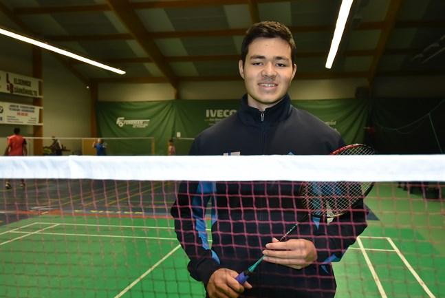 Safin Emran deltar i juniorernas EM i badminton i Lahtis.