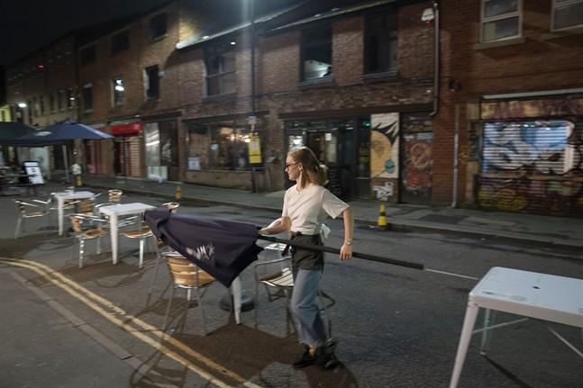 En bar i Manchester stänger sedan hårdare virusregler har införts.