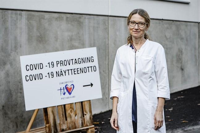 Smittskyddsläkare Johanna Gripenberg i Jakobstad hoppas att antalet nya fall av covid-19 hålls på denna nivå.
