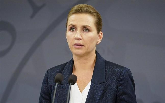 Danmarks statsminister Mette Frederiksen under fredagens pressträff om nya coronarestriktioner.