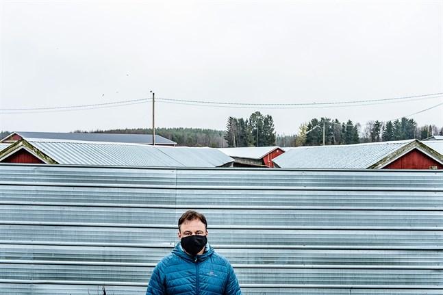 Hit men inte längre. Coronaviruset skruvar upp säkerhetstänket också på Mikael Knuts farm.