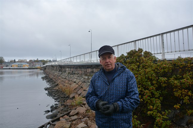 """För mig är Stenbron det riktiga namnet på den här bron, säger lokalhistoriker Lasse Backlund i Kristinestad. Han bor på Östra sidan, som på 1910-talet kallades """"Nystaden""""."""
