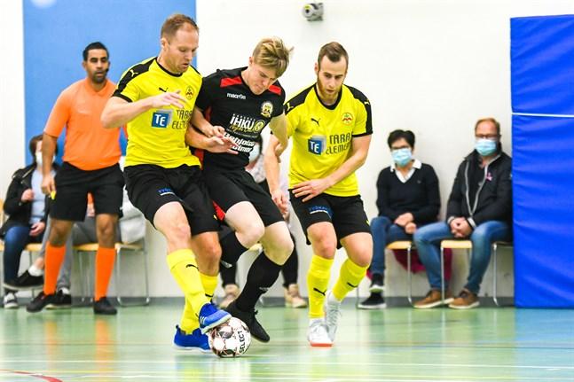 Det var ingen storpublik när IK Myran futsal, Sebastian Åström (till vänster) och Kim Salonen i aktion, fick på nöten mot Tervarit.