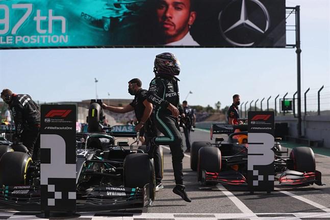 Lewis Hamilton kliver ur bilen efter att ha säkrat sin 97:e pole position.