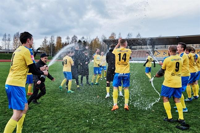 Champagnen är korkad och Kraft firar hejvilt. Vid årsskiftet inleddes förberedelserna för division 3-säsongen. Nära elva månader senare är laget klart för avancemang.