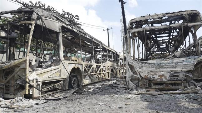 Utbrända bussar i Lagos i en bild från torsdagen.