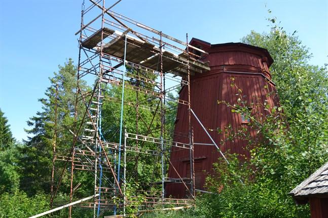 Mamsellkvarnen på Stundars restaureras nu och den ska få nya vingar och ny kvarnaxel. Tanken är att den ska bli funktionsduglig igen.