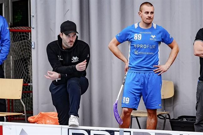 Sommarlov eller division 1-kval? Blue fox-tränaren Robin Holländer och spelaren Mikael Nyvall har intressanta saker att fundera över de närmaste dagarna.