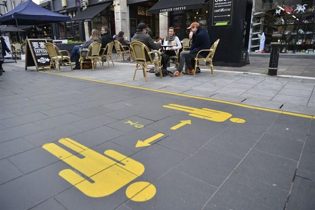 I Cardiff i Storbritannien påminns allmänheten om att hålla avstånd.