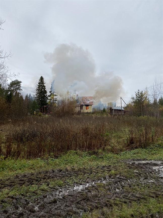 Ett ödehus vid Strandvägen i Korsnäs står i full brand.