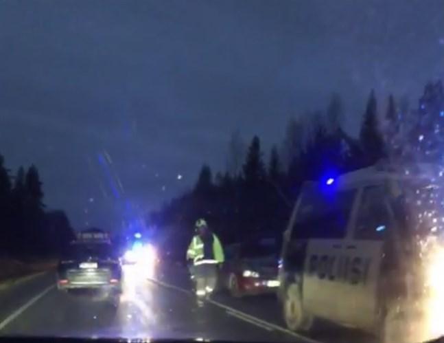 En personbil krockade med en älg på riksväg 8 vid Palvis i Vörå på söndagseftermiddagen.