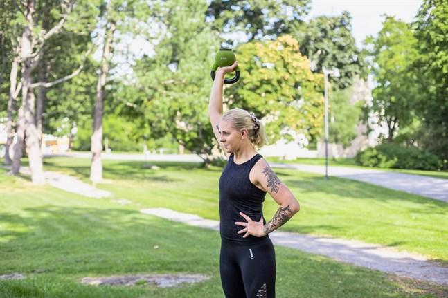 Personliga tränaren Ida Gustafsson säger att hon väl förstår att många kunder är skeptiska och oroliga, eftersom i princip vem som helst kan kalla sig PT i Finland.