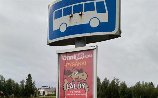 En tryggare och mera skyddad busshållplats behövs i Lålby, påpekar tre politiker i en motion.