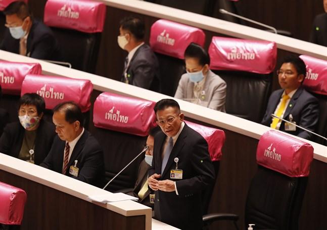 Sompong Amornvivat, ledare för oppositionspartiet Pheu Thai, säger att premiärministern bör avgå.